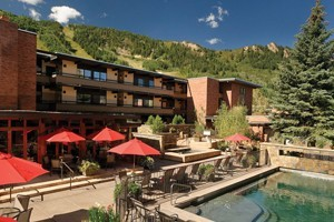Aspen Square Condominium Hotel :: Aspen Square offers ideal location, hotel-style services & 101 comfortable condos for nightly rental. All include a full kitchen, wood-burning fireplace & private balcony.